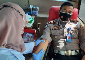 Kasat Lantas AKP Purwadi saat mendonorkan darahnya (Foto: bayu/dara.co.id)