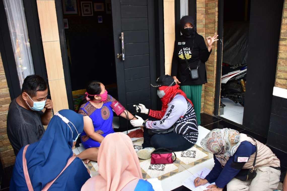 Wali Kota Banjar, Hj Ade Uu Sukaesih datangi rumah warga agar mau divaksin (Foto: Istimewa)