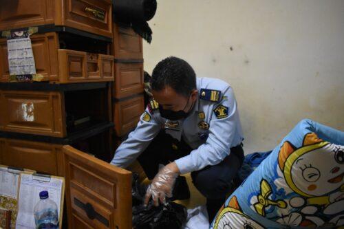 Personel lapas Banjar saat melakukan menggeledah kamar warga binaan. (foto: istimewa)
