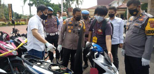 Kapolresta sedang menunjukkan motor barang bukti pencurian kepada salah satu korban (Foto; Istimewa)
