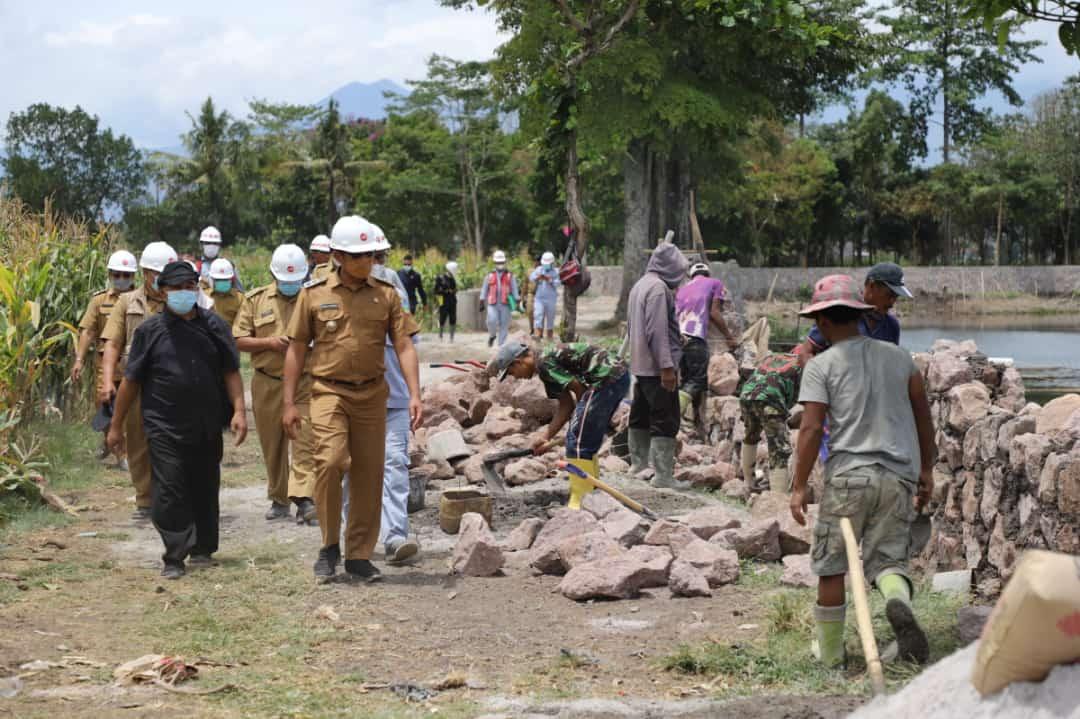 Wakil Bupati Garut, dr. Helmi Budiman, melakukan monitoring pembanguan objek wisata Situ Bagendit (Foto: Istimewa)