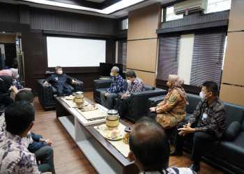 Kepala Bank Indonesia Perwakilan Tasikmalaya, Darjan, menyerahkan secara simbolis  bantuan dari Badan Musyawarah Perbankan Daerah (BMPD) Wilayah Priangan Timur kepada Bupati Garut, Rudy Gunawan (Foto: Istimewa)