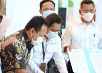 """Manajemen BIJB  menandatangi kesepakatan bersama pada acara """"Forum Industri Pengolahan Ikan Skala Menengah Besar"""" yang digelar Pemerintah Provinsi Jawa Barat di area kedatangan internasional, Bandara Internasional Kertajati, Jumat (15/10/2021). (Foto : istimewa)"""