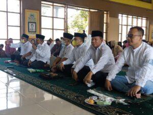 Golkar Bersholawat di Aula Kantor DPD Golkar Kabupaten Bandung di Jalan Citaliktik, Soreang, Kamis (21/10/2021). Kegiatan tersebut dalam rangka peringatan HUT Golkar ke 57.(Verawai/dara.co.id)