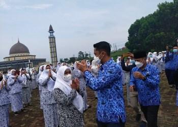 Bupati Bandung Barat Hengky Kurniawan, menyapa para Bidan Mandiri usai Apel Siaga Keluarga PMB dan Lini Lapangan KB di Plasa Mekar Sari-Ngamprah, Senin (18/10/2021). (Foto : heni/dara.co.id)