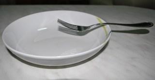 La forchetta messa a metà del piatto oscilla, un buon esempio