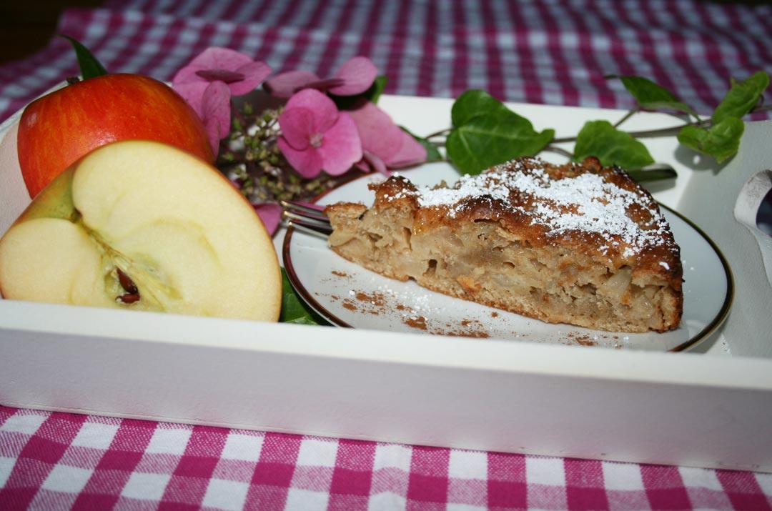 Ein Stück Apfelkuchen ohne Fett. Rezeptbild