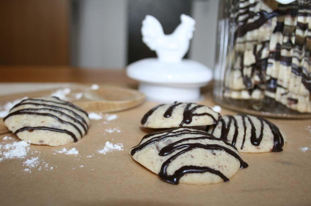 Schokoladenkekse mit Nüssen. Rezeptbild