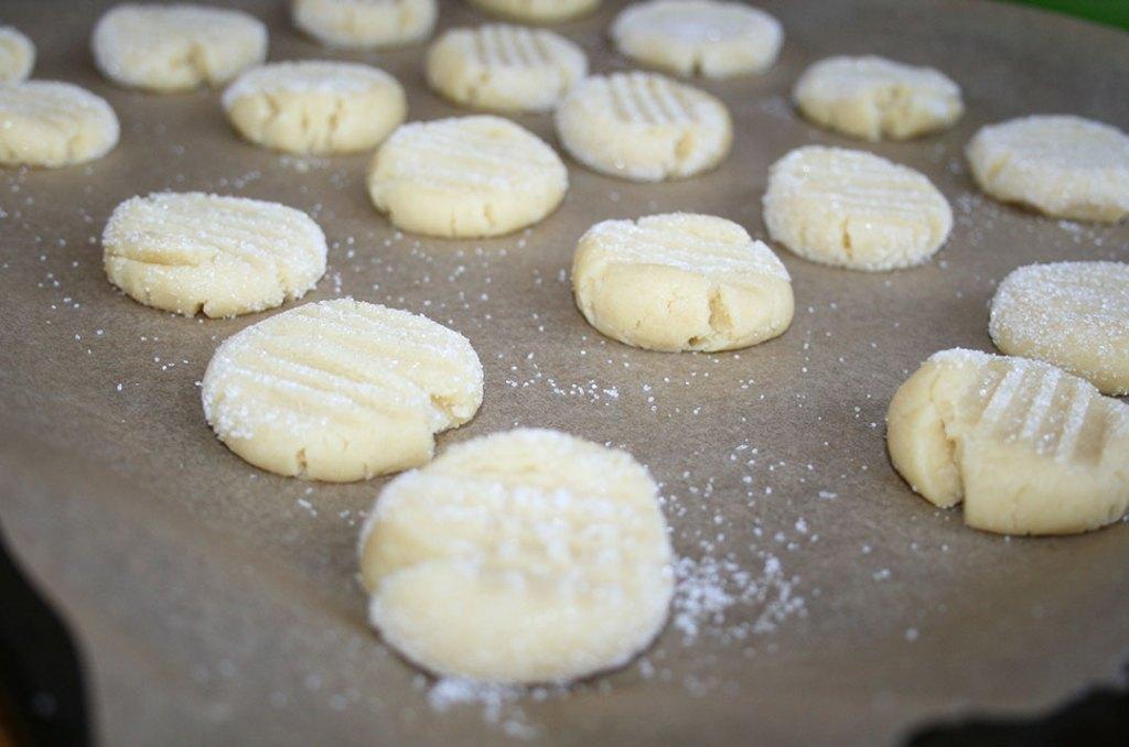 So kommen die Butterteigkekse in den Ofen. Fotografie von Darjas Welt