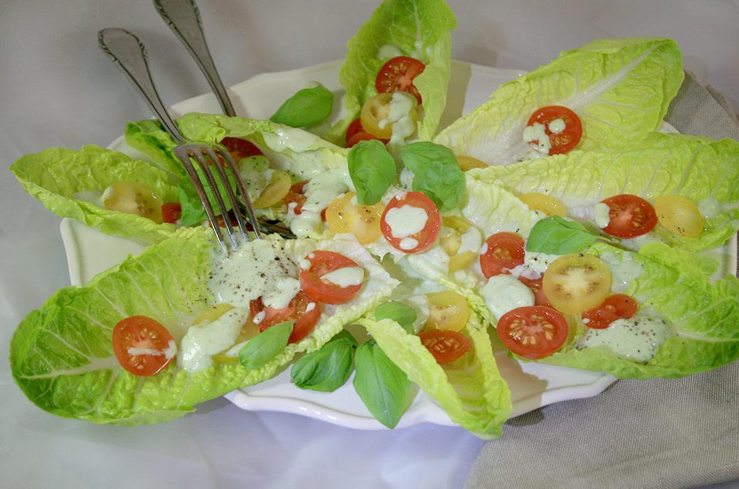 Foto von:Der angerichtete Salatteller mit dem Avocadodressing. Darjas Welt