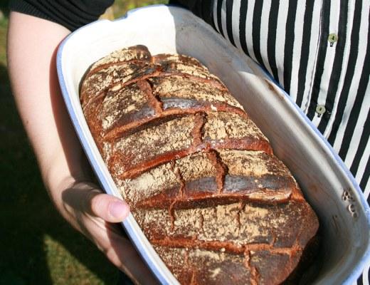 Foto von: Brot mit extrem leckerer Kruste, gehalten von mir im Römertopf. Darjas Welt