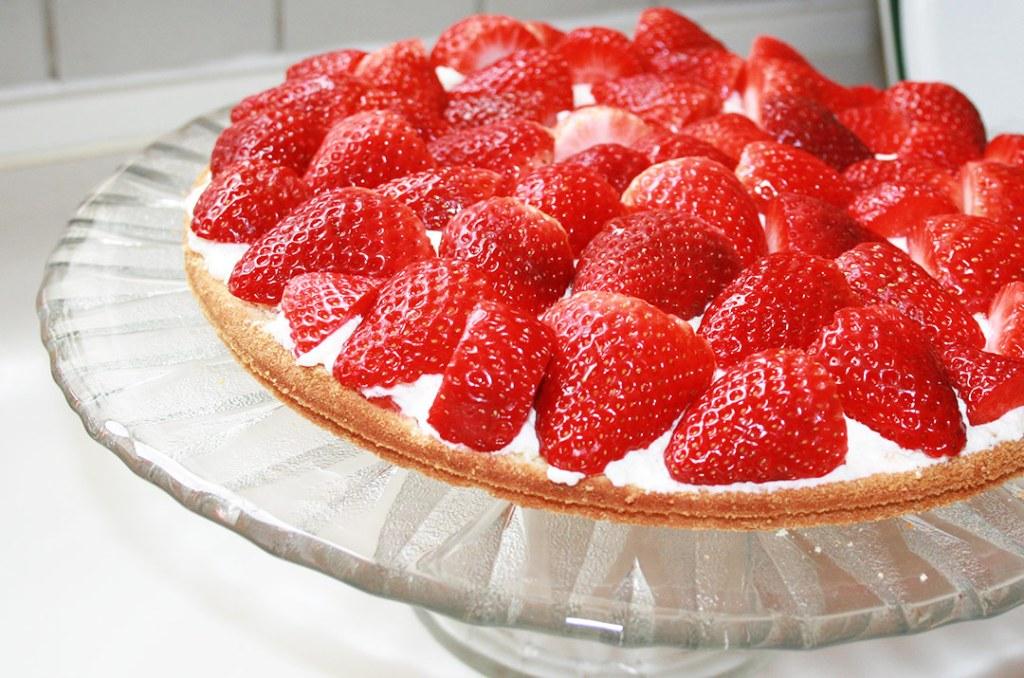 foto von: Der untere Biskuitboden, belegt mit Marmelade, Sahne und Erdbeeren. Darjas Welt