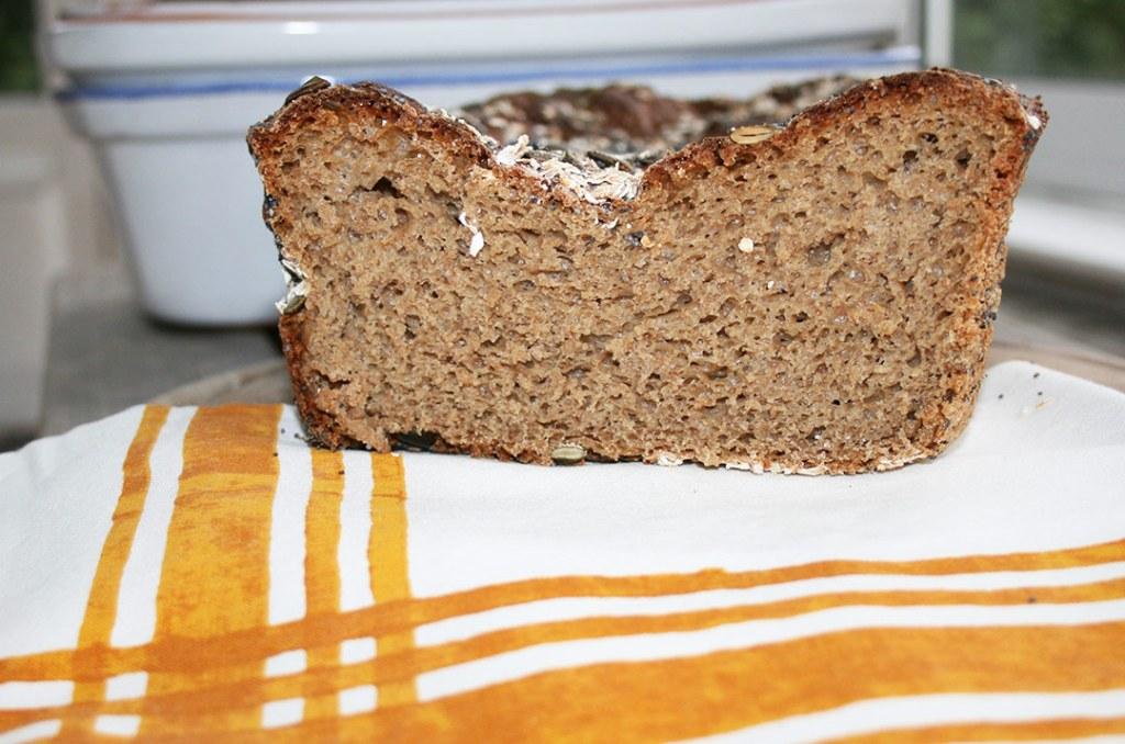 Foto vom frisch angeschnittene Dinkel-Roggen Brot