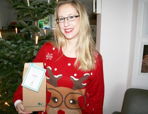 Foto von mir mit der Fairybox vor dem Weihnachtsbaum. Darjas Welt