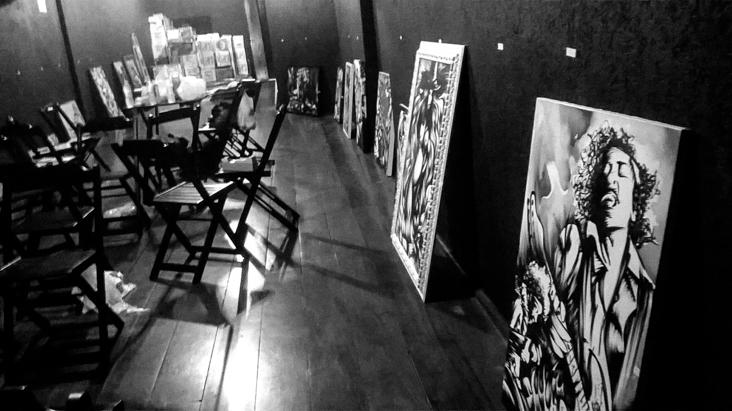 Montagem da exposição Frenesi no Freakout Bar 2016_02_27-exposicao-frenesi-montagem-12