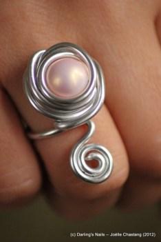 Bague une perle rose et petite spirale prix : 6€