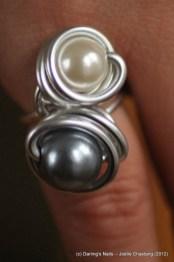 Bague 2 perles blanche et grise prix : 7€