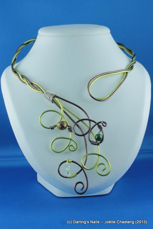 Collier fil d'aluminium avec perles décoratives prix : 18 €