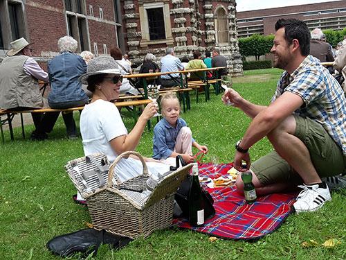 Auf mitgebrachten Decken und aufgestellten Bierbänken machten es sich die Besucher im Renaissancegarten der Zitadelle gemütlich. Fotos: Stadt Jülich/Stein