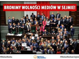In Polen hat die Ankündigung der PiS-Regierung, künftig die Freiheit der Berichterstattung aus dem Parlament zu begrenzen zu einer Protestwelle geführt.