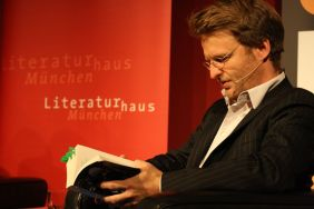 Die eigentliche Veranstaltung beginnt. Moderator Michael Ebmeyer mit viel Martí i Pol in der Hand. Foto: Jan-Eike Hornauer