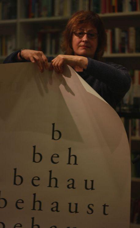 Babette Werth präsentiert wortlos ihr Gedicht »unbehaust« (hier zu sehen: die Plakat-Vorderseite)
