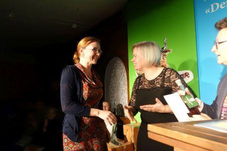 Katja John nimmt den Sonderpreis entgegen. Foto: DAS GEDICHT