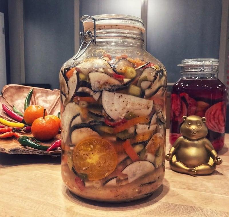 glas mit fermentiertem gemuese