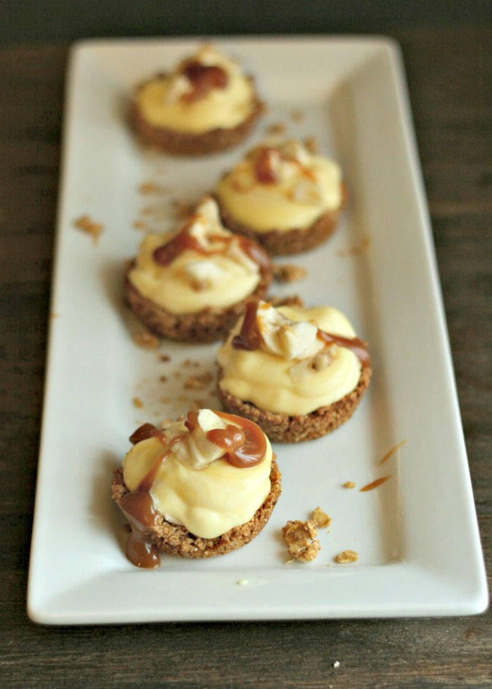 A delicious fancy fakeout dessert: Banana Pudding Granola Tart Cups. Drizzle with caramel for an extra treat! via @DashOfEvans #SimplySatisfying