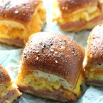 A new recipe to add to your Hawaiian roll slider addiction: Breakfast! Ham, eggs and cheese sliders baked with an Everything Bagel spice on top. Easy to prep on a Sunday for the whole week, or enjoy for brunch! YUM! via @DashOfEvans