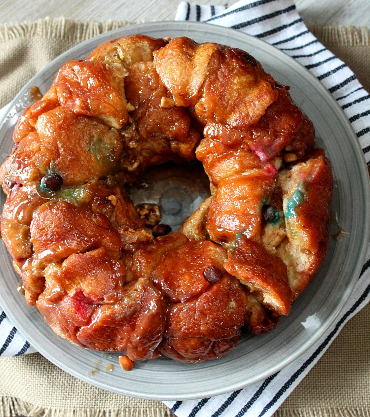 This easy, gooey monkey bread recipe is a perfect way to use up leftover Halloween candy, or just for a sweet treat! Using fluffy King's Hawaiian rolls, this recipe couldn't be easier! via @DashOfEvans #Hallowaiian, #FeedMonstrousAppetites, #KingsHawaiian #IC