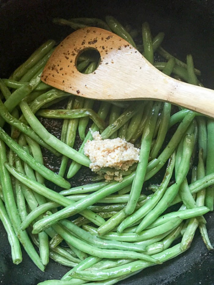 green beans and minced garlic in pan
