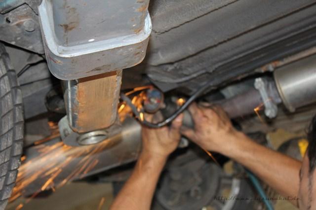 Rover Mini Xn - von unten Batteriekabel fixierung schraube flexen