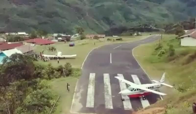 Découvrez l'aéroport de Kiwirok, doté d'une piste incurvée