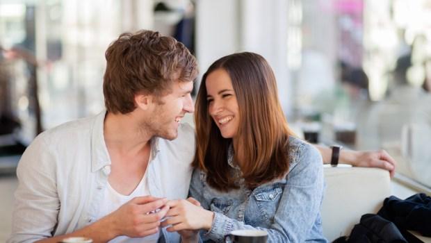 Linguagem corporal expansiva e atração romântica rápida