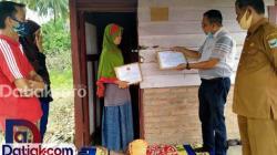 Zunirman saat menyerahkan bantuan kepada Risnawati. Bantuan itu berasal dari IKPPS dan Senior Minang di Sydney untuk membantu penderita kanker dan tumor ganas di Padangpariaman. (Foto: Istimewa)