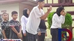 """Komunitas Seni Intro yang ia asuh Della Nasution ketika melakukan presentasi pra-shooting """"Titik Balik"""". (Foto: Istimewa)"""