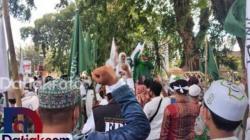 Ratusan masyarakat yang tergabung dalam AMM Sumatera Barat saat melakukan Aksi Bela Rasulullah SAW, di Jalan Sudirman Kota Padang, depan Kantor Gubernur Sumbar, Jumat (6/11). (Foto: Istimewa)