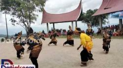 Kelompok kesenian tradisional nagari Koto Laweh, Kecamatan Lembang Jaya saat mempertunjukkan kesenian Randai, Senin (21/12). Pemkab Solok terus berupaya kembangkan kesenian tradisional dengan konsep kolaborasi alam dan budaya untuk memajukan pariwisata Solok. (Foto: Istimewa)