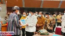Suhatri Bur saat menyerahkan proposal kepada Sandiaga Uno agar Kemenparekraf mendukung pengembangan pariwisata Padangpariaman.