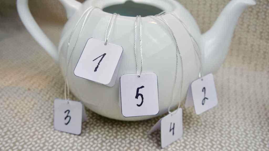 Ramadankalender mit Teebeuteln Teekanne befüllen