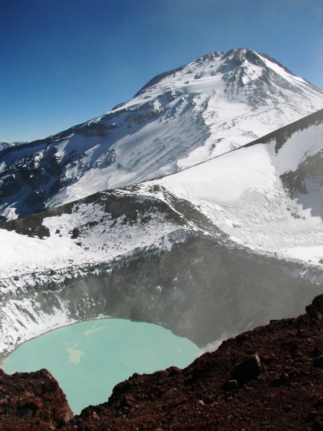 Vista del Tupungato desde uno de los cráteres del Tupungatito