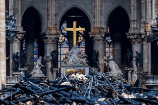 Detalle de la cruz y la  La piedad de Nicolas Coustou en la Catedral de Notre Dame de París