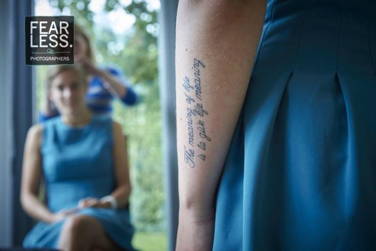 Bruidsmeisje met tattoo