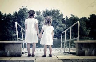 Bruidsmeisjes hand in hand