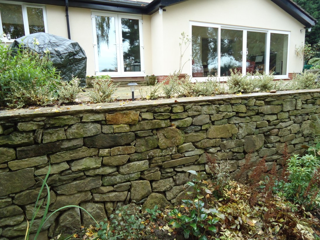 Dry stone effect wall