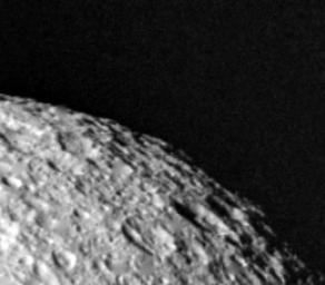 Крупный план Тетиса из Voyager 2