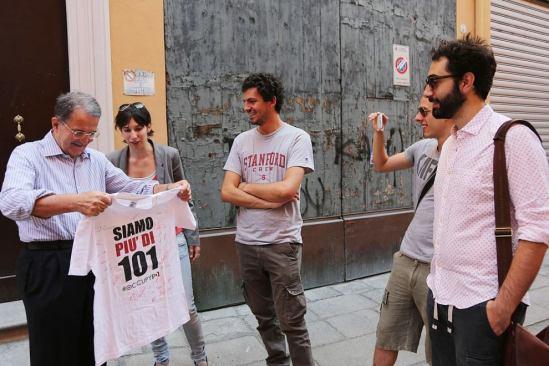 La consegna della maglia di #OccupyPD a Romano Prodi