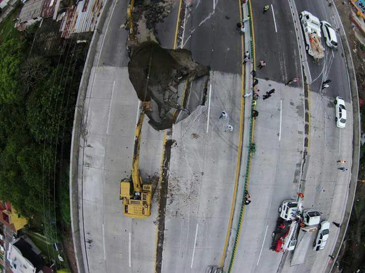 Dos muertos por socavón en una autopista recientemente inaugurada por Peña Nieto