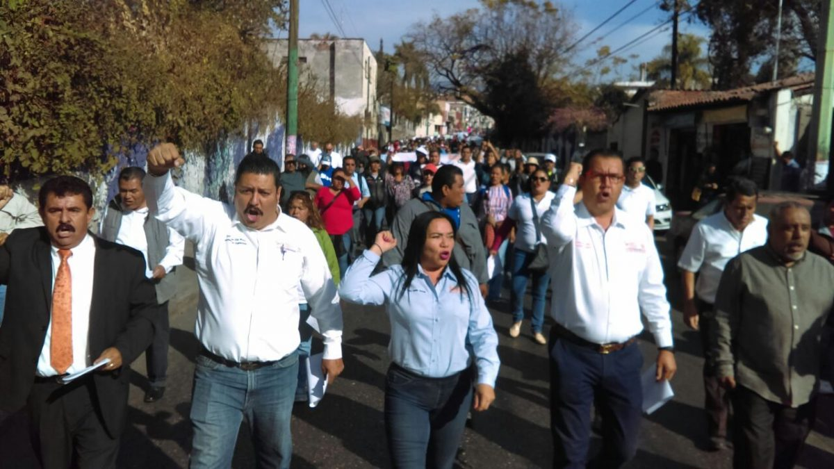 Retoman profesores protestas por falta de pagos